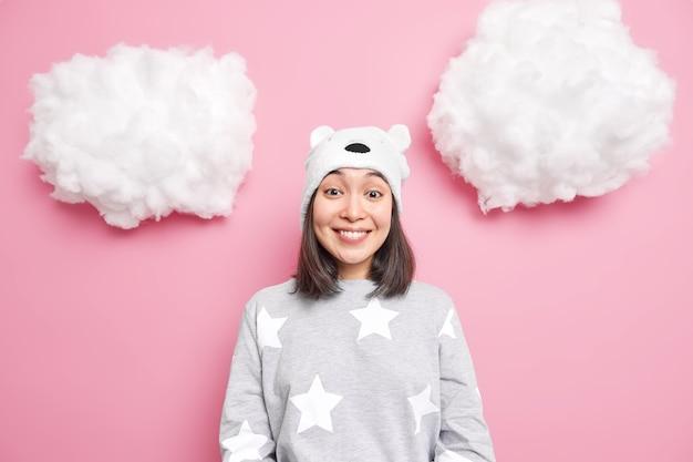 Dziewczyna ubrana w domowe ubrania słyszy pozytywne wieści odizolowane na różowo
