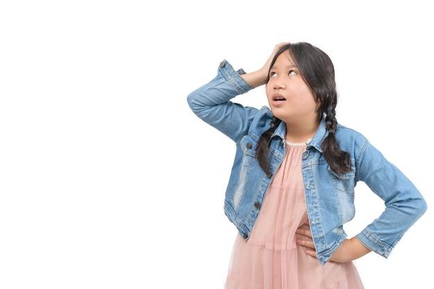 Dziewczyna ubrana w dżinsową kurtkę czuje się znudzona na białym tle, koncepcja emocji