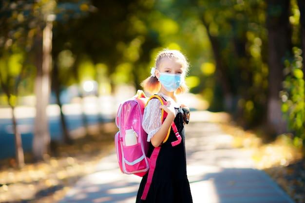 Dziewczyna ubrana w maskę i plecak