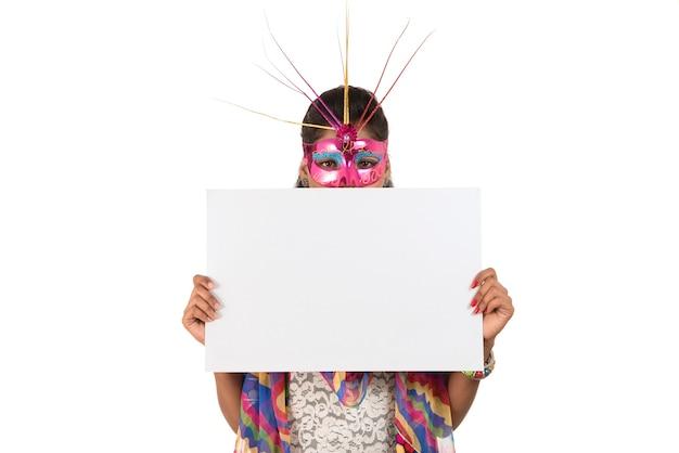 Dziewczyna ubrana w maskę i trzymając tablicę biały znak. na białym tle portret