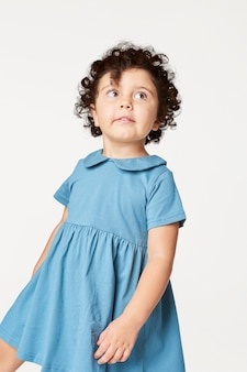Dziewczyna ubrana w niebieską sukienkę