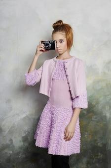 Dziewczyna ubrana w retro ubrania z lat dziewięćdziesiątych