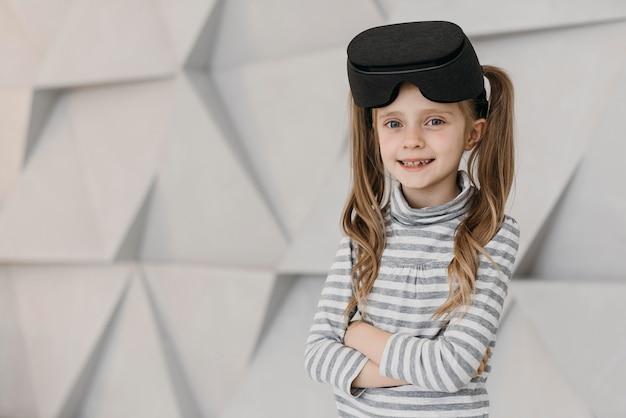 Dziewczyna ubrana w zestaw słuchawkowy wirtualnej rzeczywistości i uśmiecha się