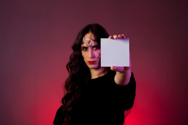 Dziewczyna ubrani jak czarownica pokazano karty