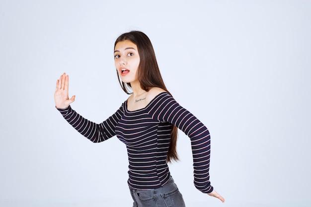 Dziewczyna ucieka ze sceny.