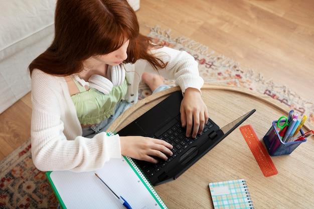 Dziewczyna ucząca się online średniego strzału