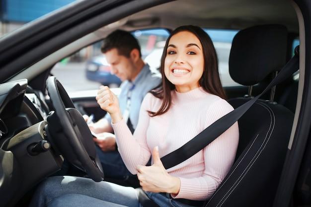 Dziewczyna uczeń jedzie samochód