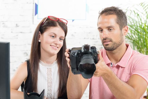 Dziewczyna uczy się fotografii