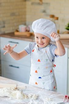 Dziewczyna uczy się, jak zrobić ciasto