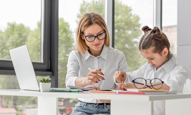 Dziewczyna uczy się w domu podczas kwarantanny