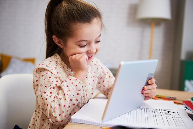 Dziewczyna uczy się z technologią w domu