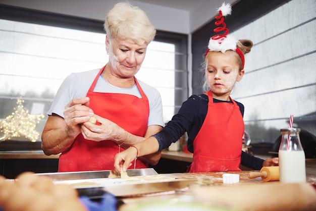 Dziewczyna umieszcza ciasteczka na blasze