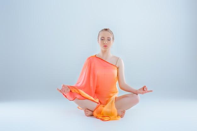 Dziewczyna uprawiania jogi