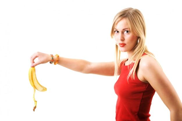 Dziewczyna upuszcza skórkę banana