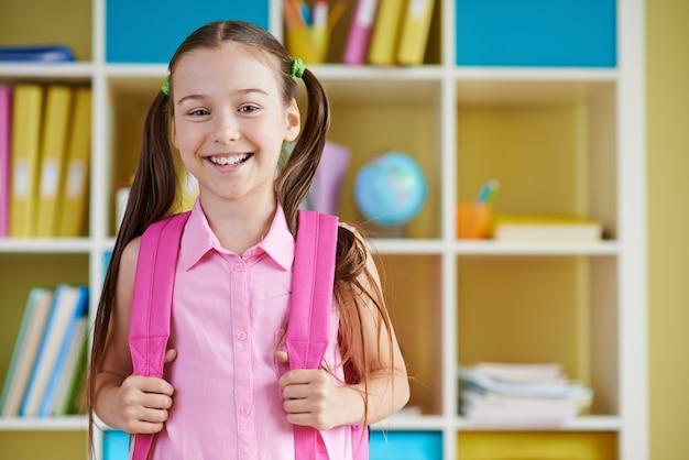 Dziewczyna uśmiecha się do szkoły