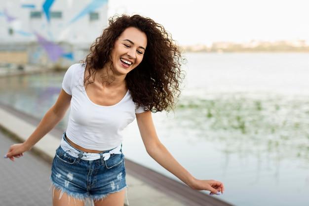 Dziewczyna uśmiecha się z miejsca na kopię