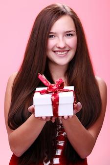 Dziewczyna uśmiecha się z prezentem świątecznym