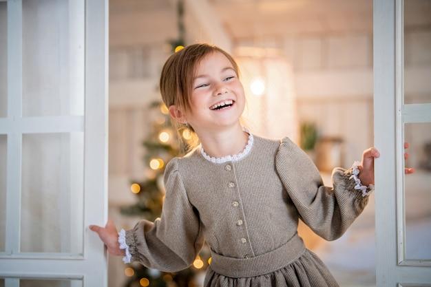 Dziewczyna uśmiechając się przed drzwiami