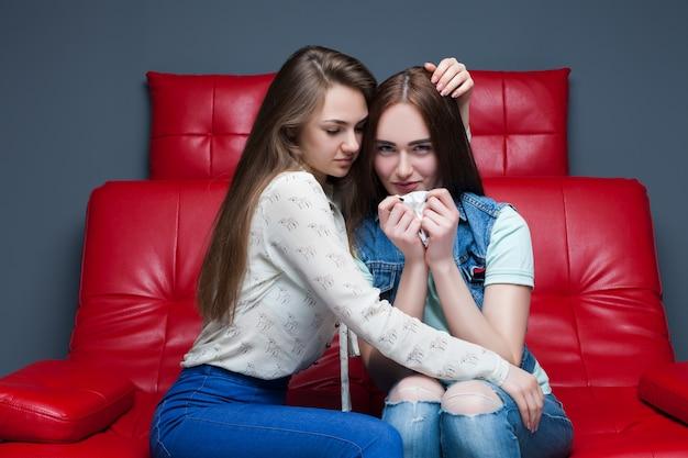 Dziewczyna uspokaja swoją dziewczynę, kobiecą przyjaźń