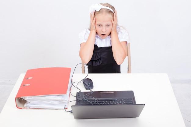 Dziewczyna używa jego laptop