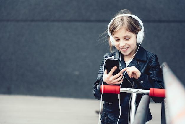 Dziewczyna używa mądrze telefon plenerowego