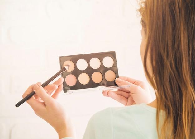 Dziewczyna używa makijażu