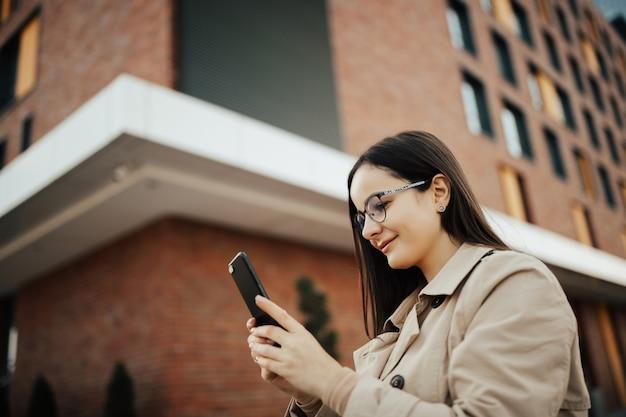 Dziewczyna używa telefonu komórkowego.