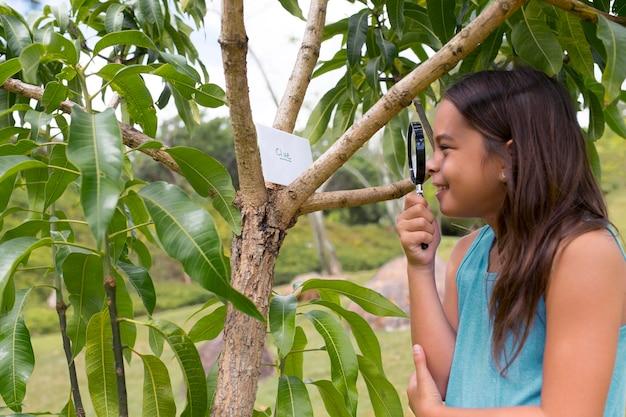 Dziewczyna używająca szkła powiększającego podczas poszukiwania skarbów