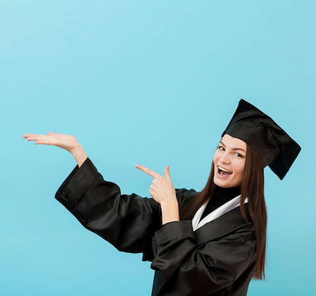Dziewczyna w akademickim kolorze uśmiecha się