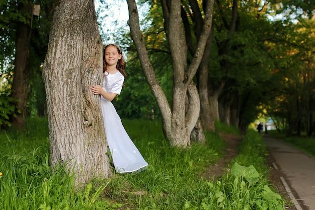 Dziewczyna w bajkowym parku z drzewem na wiosnę