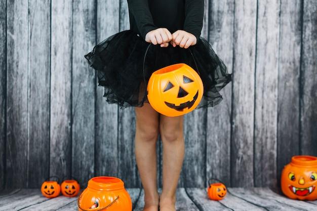 Dziewczyna w balecie spódnicy gospodarstwa koszyka