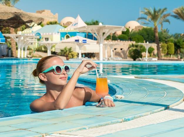 Dziewczyna w barze przy basenie