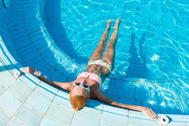 Dziewczyna w basenie