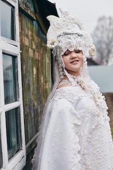 Dziewczyna w białej etnicznej rosjanin sukni