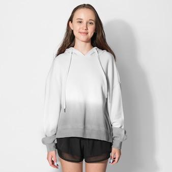 Dziewczyna w białej i szarej bluzie z kapturem ombre zimowa sesja mody