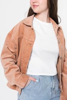 Dziewczyna w białej koszulce i brązowej kurtce zimowej sesji mody