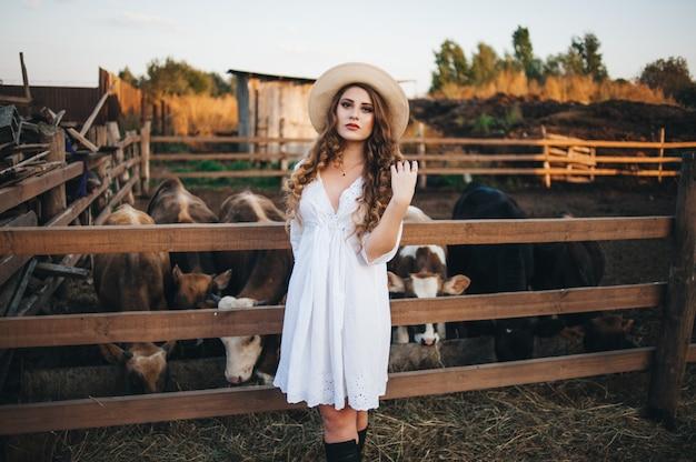 Dziewczyna w białej sukni na farmie.