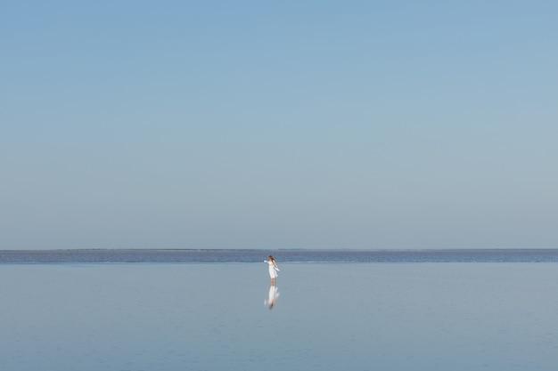 Dziewczyna w białej sukni na słonym jeziorze sasyk sivash crimea