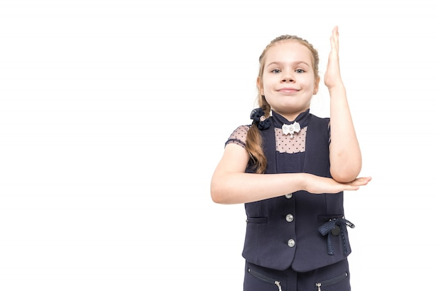 Dziewczyna w błękitnym mundurku szkolnym emocjonalnie pozuje na białym tle