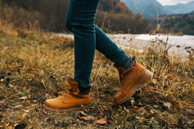 Dziewczyna w butach i dżinsach trekkingowych