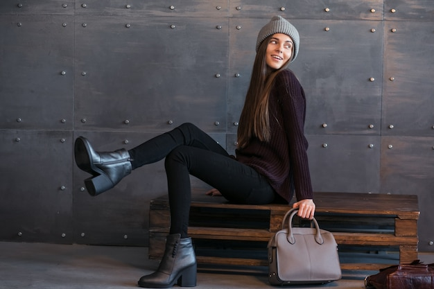 Dziewczyna w ciepłych ubraniach w studiu