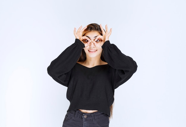 Dziewczyna W Czarnej Koszuli Patrząc Przez Palce. Darmowe Zdjęcia
