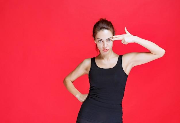 Dziewczyna W Czarnej Koszuli, Wskazując Na Siebie. Zdjęcie Wysokiej Jakości Darmowe Zdjęcia