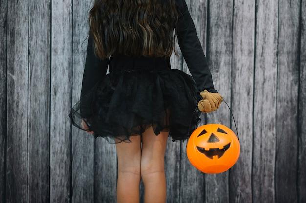 Dziewczyna w czarnej spódnicy gospodarstwa koszyka