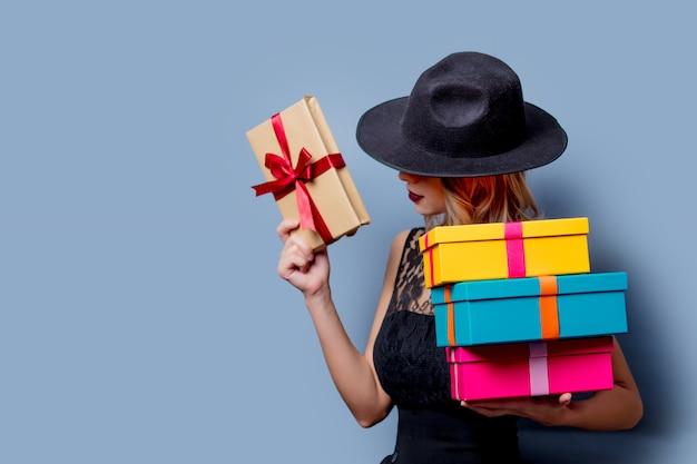 Dziewczyna w czarnej sukni i kapeluszu z pudełka