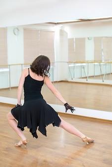 Dziewczyna w czarnej sukni tańca