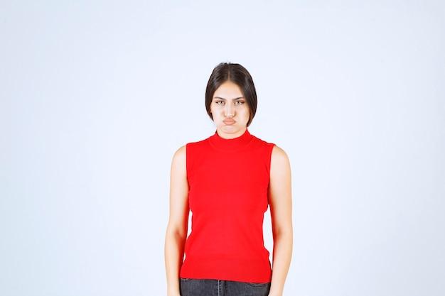 Dziewczyna W Czerwonej Koszuli Co Denerwujące I Nudne Twarz. Darmowe Zdjęcia