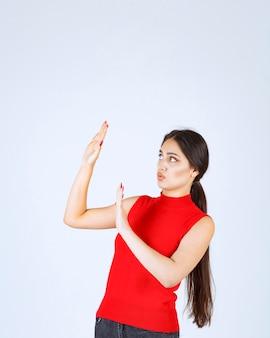 Dziewczyna w czerwonej koszuli zatrzymanie kogoś.