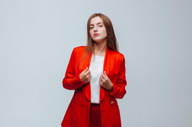 Dziewczyna w czerwonej kurtce na jasnym tle
