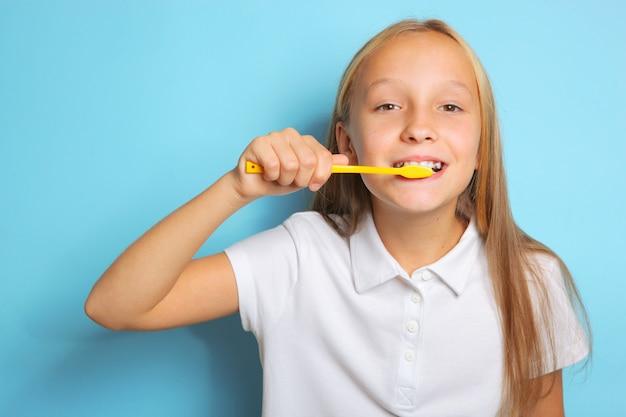 Dziewczyna w dobrym nastroju myje zęby